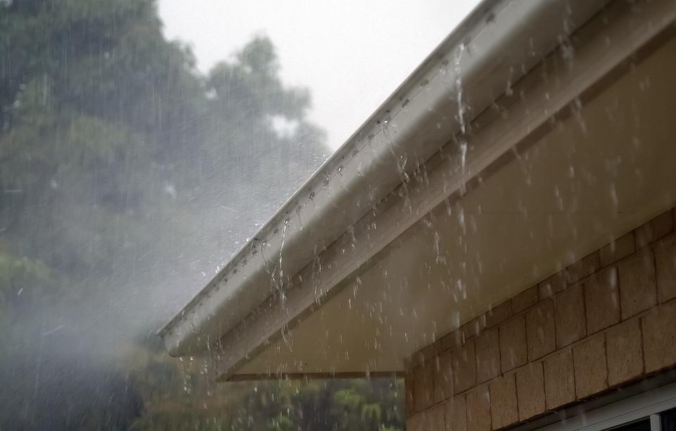 regn-vand-tag-tagrende-storm