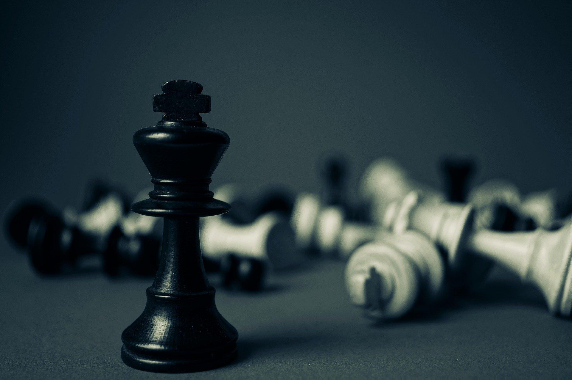 Konge med veltede skakbrikker