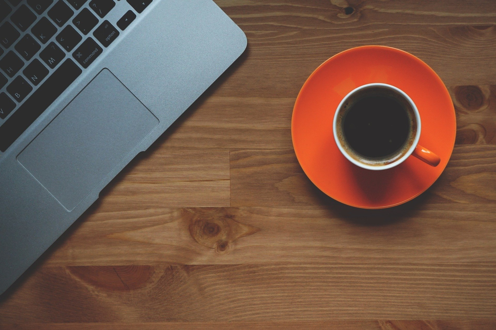 Laptop og kaffe