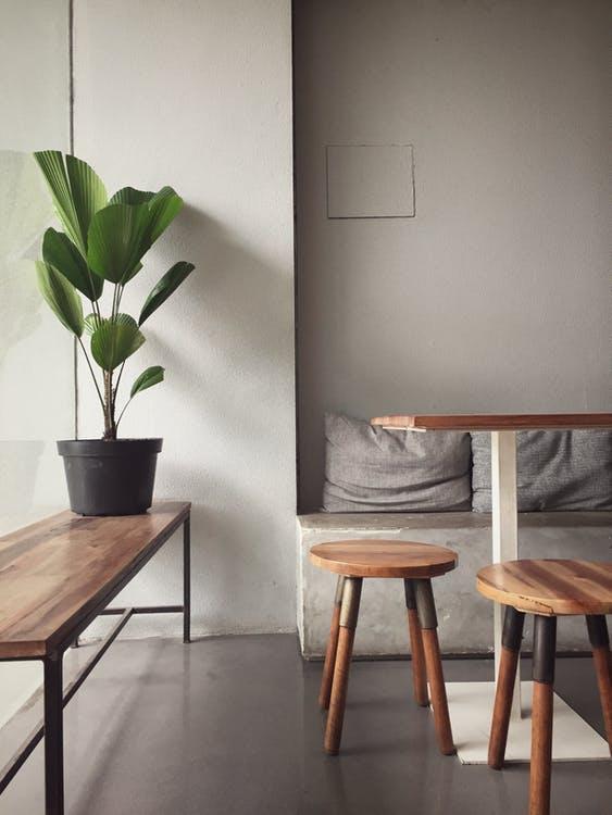 stue med beton og træ